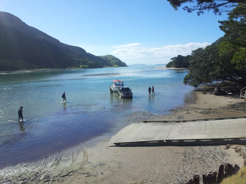 launching the boat Houhora Heads, 7 minutes from Pukenui Holiday Park